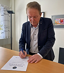 Kenneth Backgård skriver under demokratideklarationen